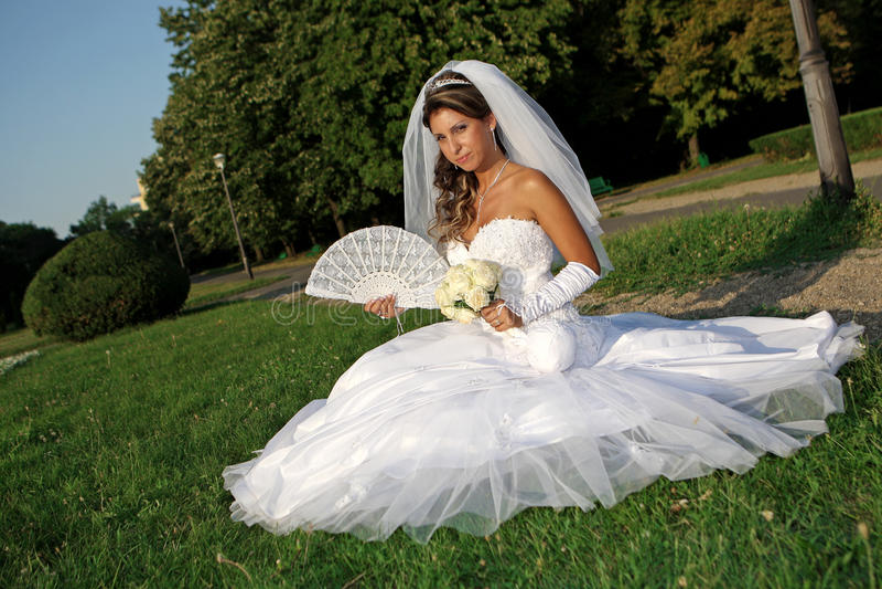 Braut auf dem Gras lizenzfreies stockbild