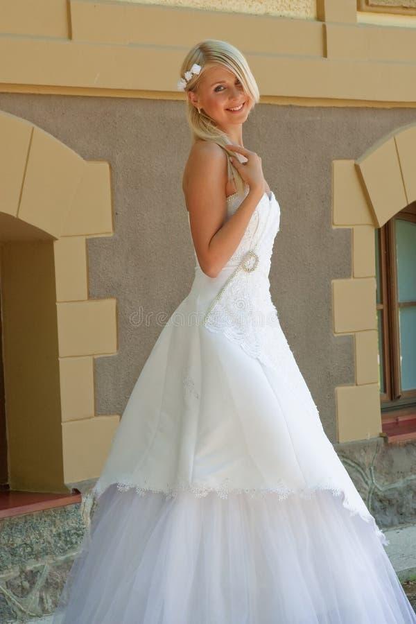 Braut auf der Wand lizenzfreie stockfotografie