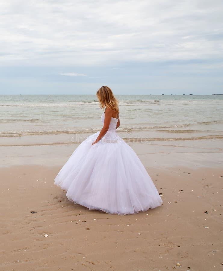 Braut auf einem Strand. lizenzfreies stockbild