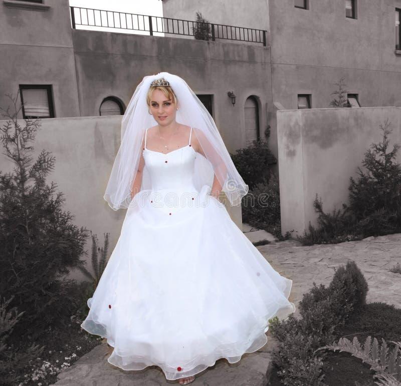 Braut auf ihrer Methode zur Kirche stockfotos