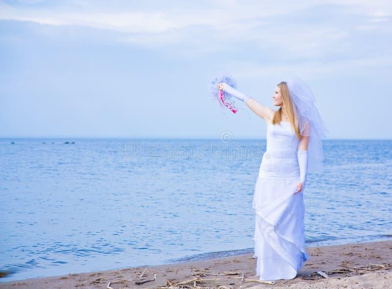 Braut auf Seeküste lizenzfreie stockfotografie