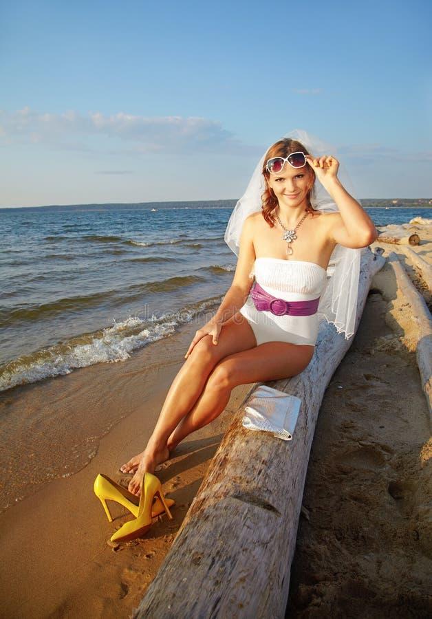 Braut auf Seeufer lizenzfreie stockbilder