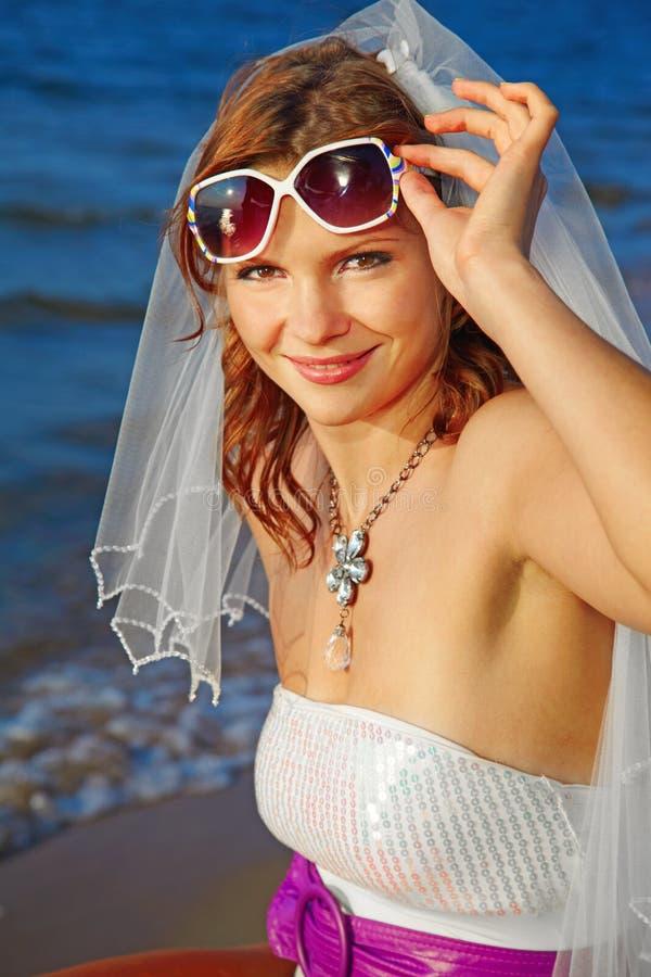 Braut auf Seeufer lizenzfreie stockfotografie