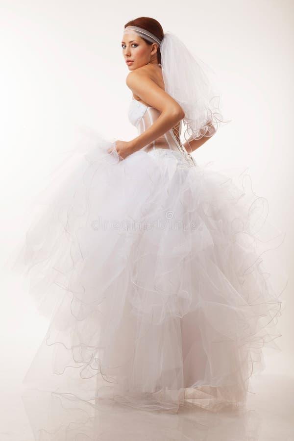 Braut blickt über ihrer Schulter flüchtig stockbild