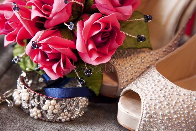Braut-Blumen-Blumenstrauß, Armband und Schuhe lizenzfreie stockbilder