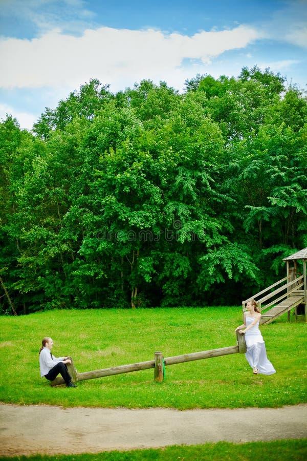 Braut, Bräutigam und ständiges Schwanken lizenzfreie stockfotos