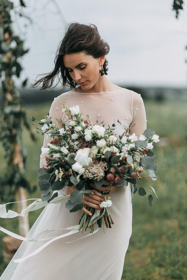 Braut in den Bergen lizenzfreies stockbild