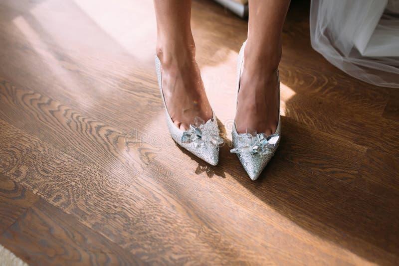 Braut in den Luxushochzeitsschuhen mit Edelsteinen und Bergkristallen stockbilder