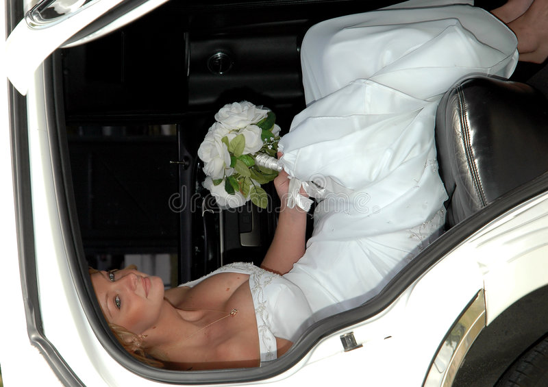 Braut in der Limousine lizenzfreies stockbild