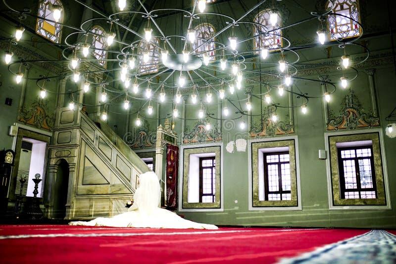 Braut an der Moschee, die auf den Bräutigam wartet lizenzfreie stockfotografie