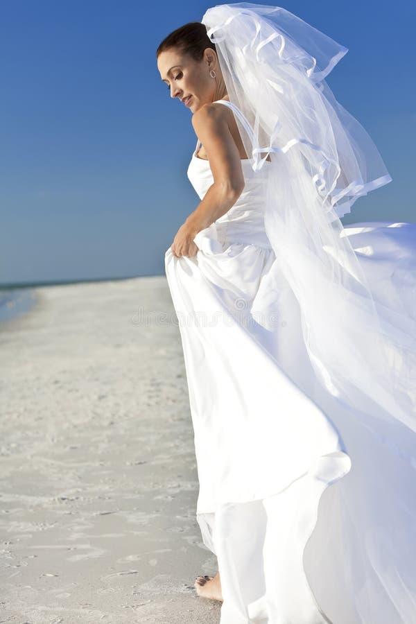 Braut an der Strand-Hochzeit stockfotografie