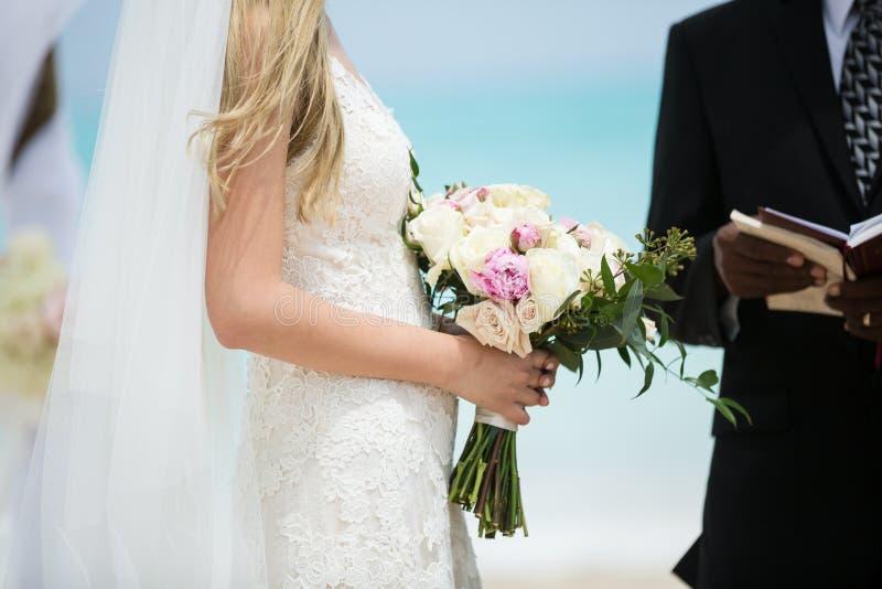Braut in der Strandhochzeit stockfoto