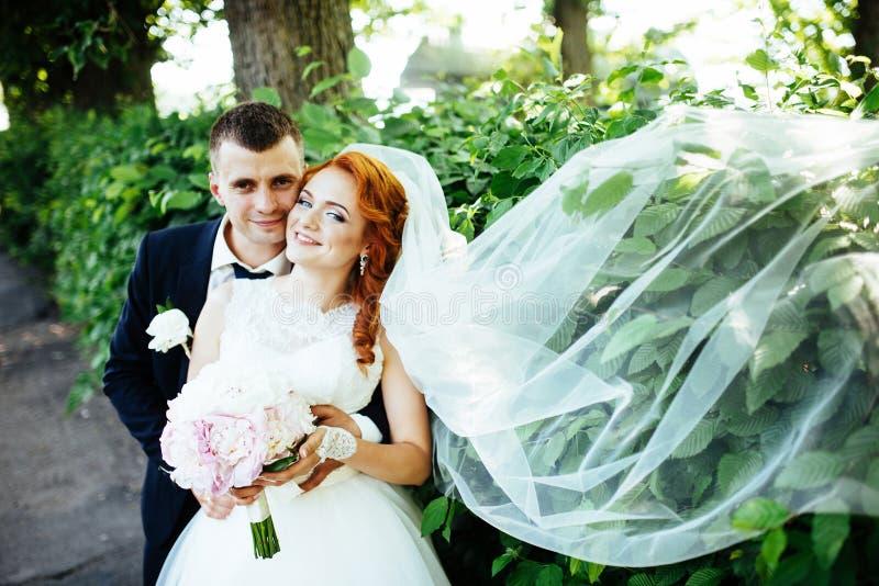 Braut des glücklichen Paars an einem Sommertag draußen lizenzfreies stockfoto