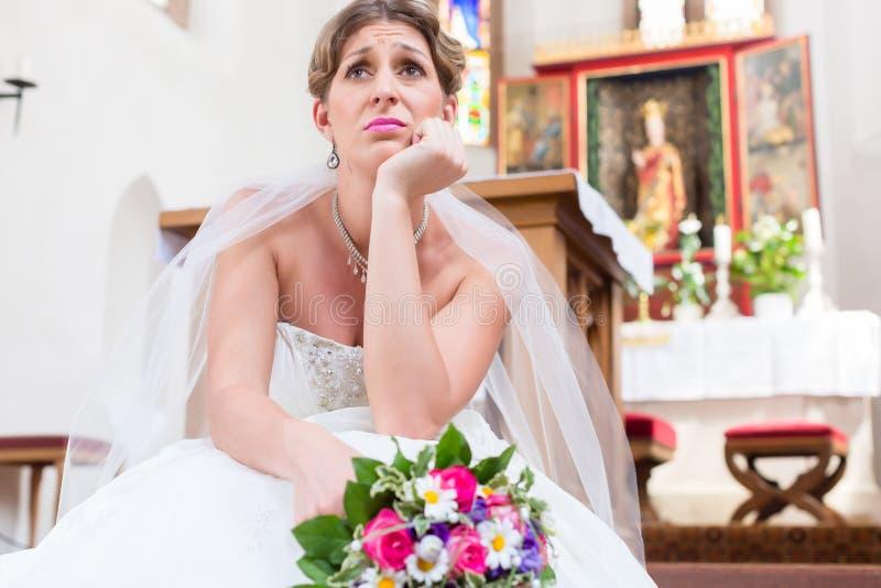 Braut, die allein die Heirat seiend frustriert wartet stockfotos