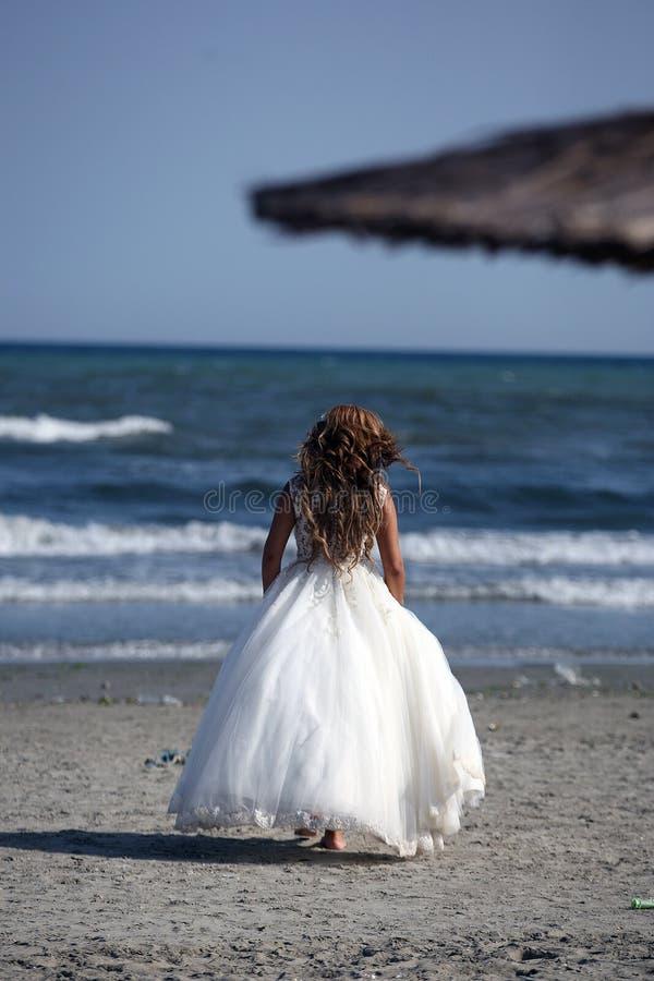 Braut, die auf den Strand, Rückseite geht lizenzfreie stockbilder