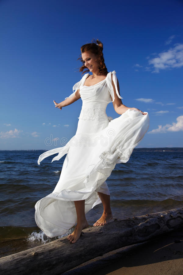 Braut, die auf Kabel balanciert lizenzfreie stockbilder