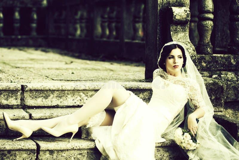 Braut, die auf Treppen sitzt stockfotografie