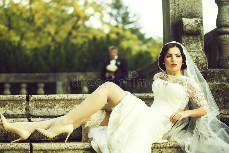 Braut, die auf Treppen sitzt lizenzfreie stockfotografie