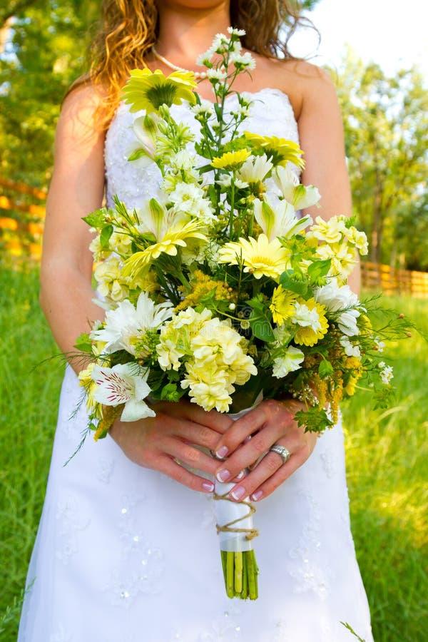 Braut, die Blumenstrauß hält stockfoto