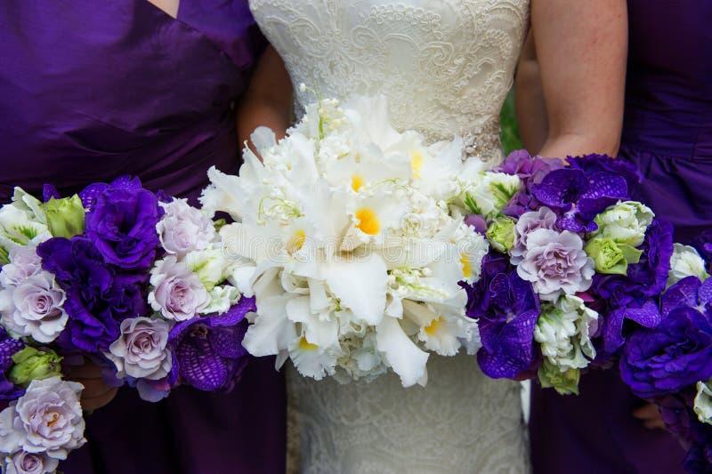 Braut, die Blumenstrauß hält lizenzfreie stockfotografie