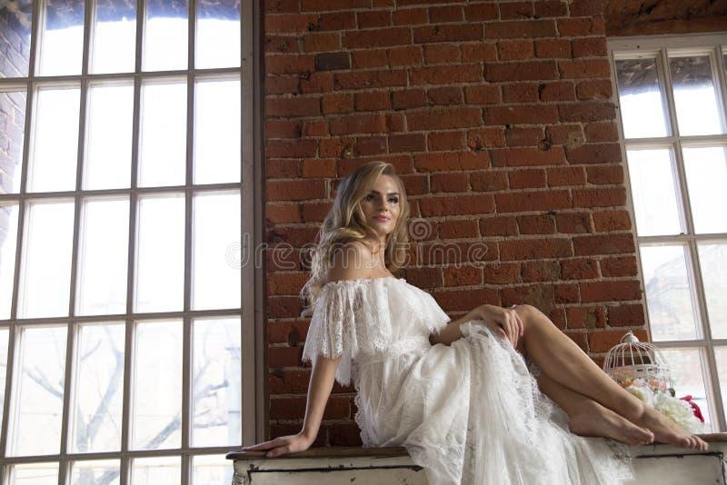 Braut, die das Sitzen auf Weinleseaufbereiter aufwirft stockfotografie
