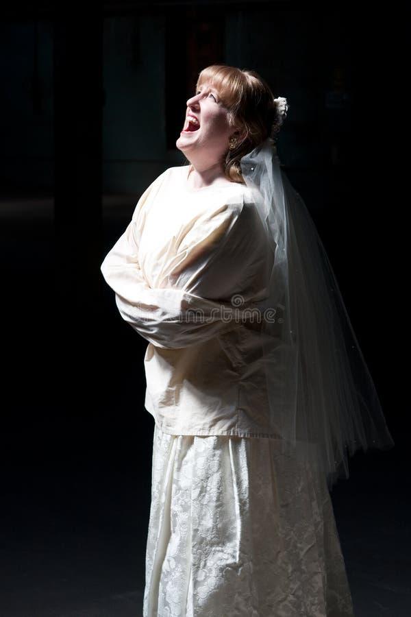 Braut, die in der geraden Jacke schreit lizenzfreie stockfotos