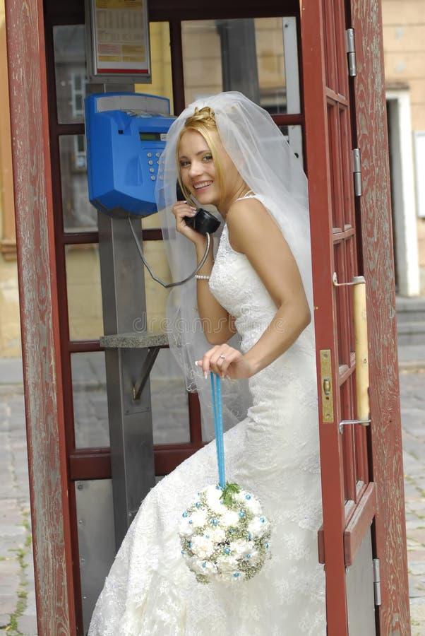 Braut, die durch Telefon benennt lizenzfreies stockfoto