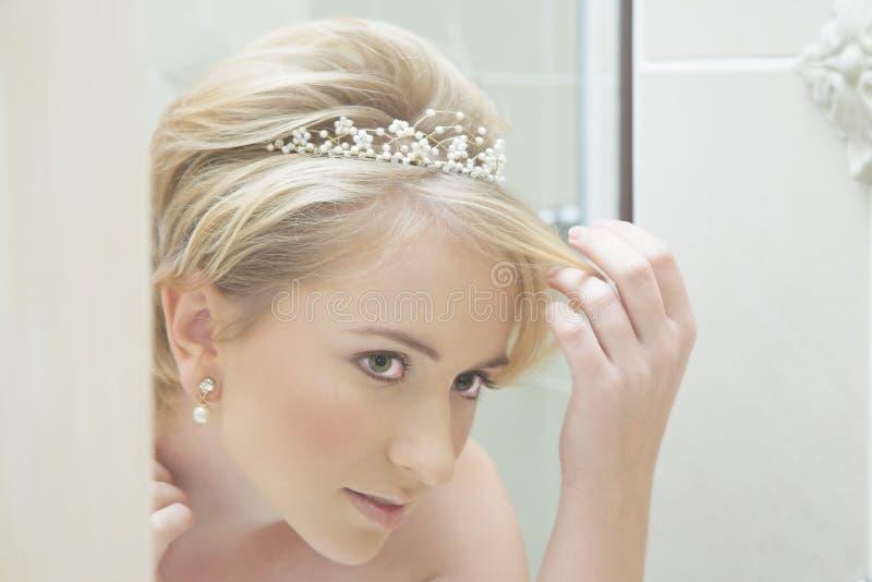 Braut, die in einem Spiegel schaut lizenzfreies stockfoto