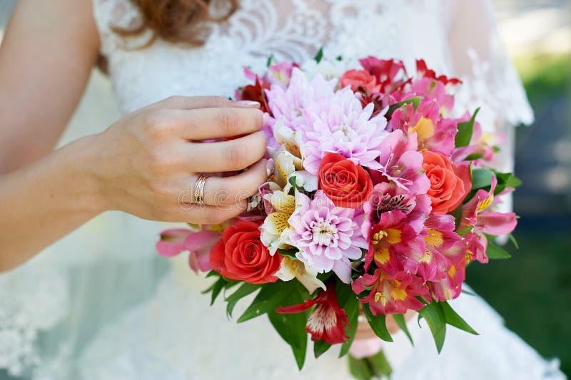 Braut, die einen schönen Brautblumenstrauß hält lizenzfreies stockbild