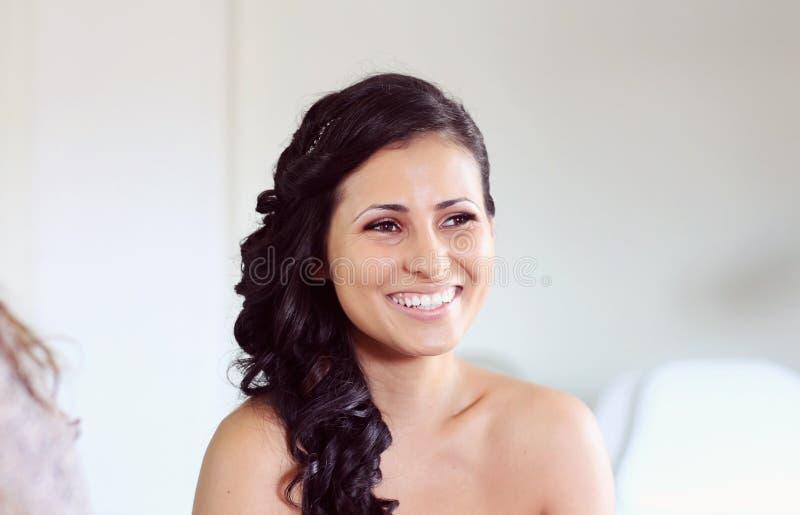Braut, die für Heiratsmake-up sich vorbereitet stockbilder