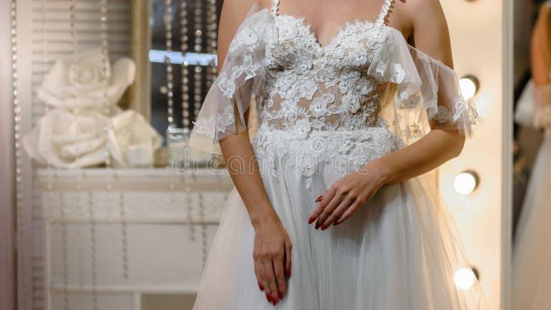 Braut, die für Hochzeit sich vorbereitet lizenzfreie stockbilder