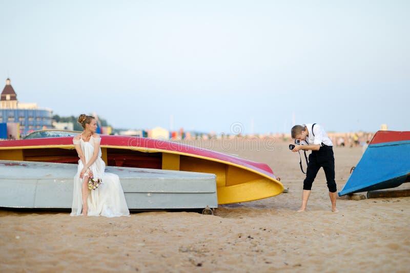 Braut, die für ihren Bräutigam aufwirft lizenzfreies stockfoto