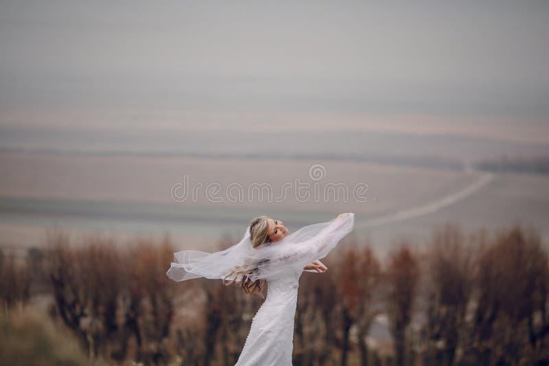 Braut, die in goldene Herbstnatur geht lizenzfreie stockfotos
