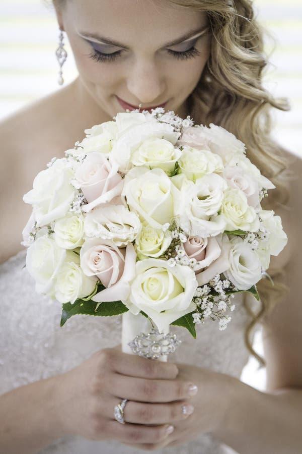 Braut, die herbouquet betrachtet lizenzfreie stockfotografie