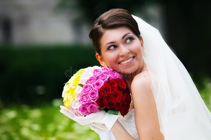 Braut, die in ihrem Hochzeitstag aufwirft lizenzfreie stockfotos
