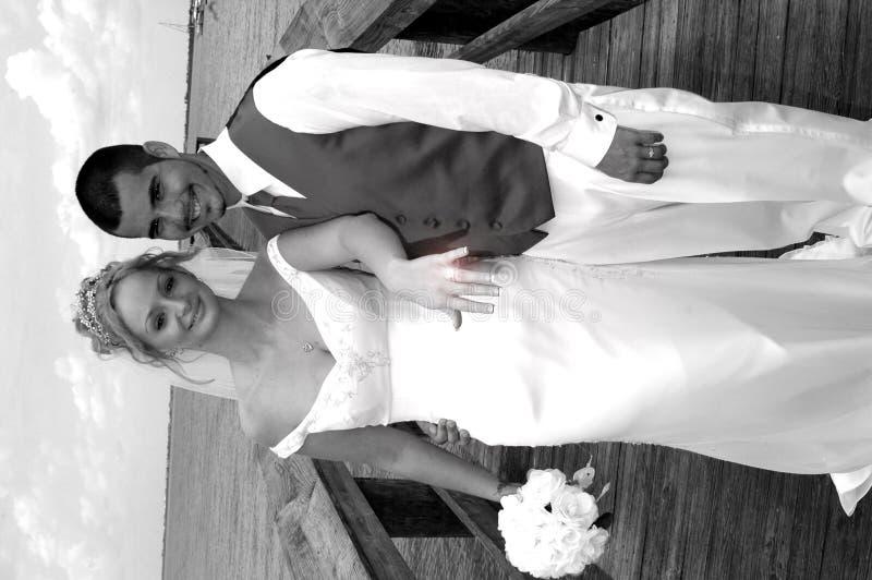 Braut, die ihren neuen Ring zeigt lizenzfreies stockfoto