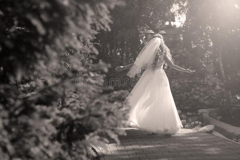 Braut, die Pirouette im Park tut lizenzfreie stockbilder