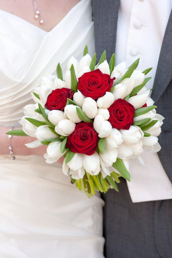 Rotrose und weißer Tulpehochzeitsblumenstrauß stockbild