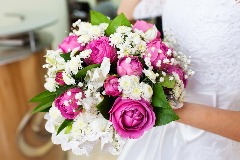 Braut, die schönen Hochzeitsblumenstrauß mit rosa Rosen hält stockbilder