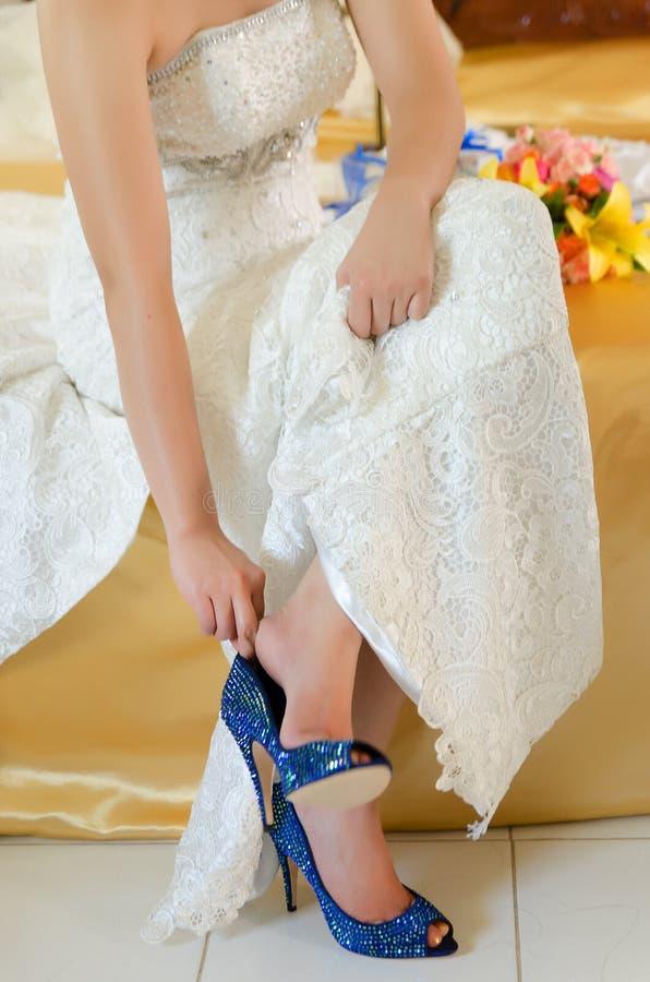 Braut, die zur Hochzeit fertig wird stockfotos