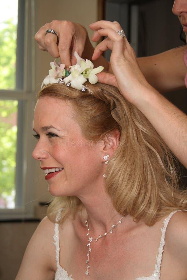 Braut, die zur Hochzeit fertig wird stockbild