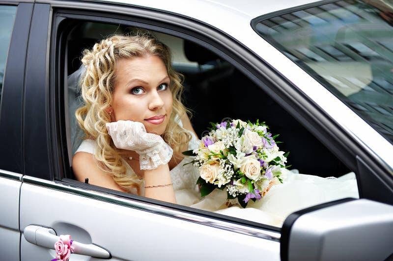 Braut in einem Hochzeitsauto lizenzfreie stockfotos