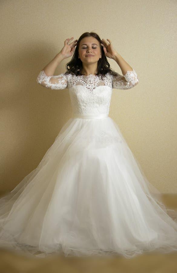 Braut in einem Hochzeitskleid lizenzfreies stockbild