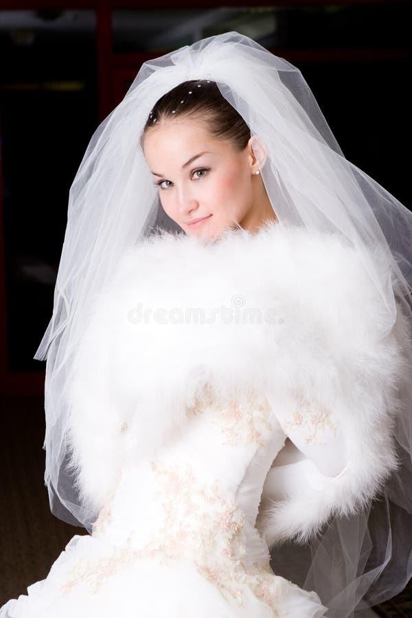 Braut in einem Pelzumhang stockbild