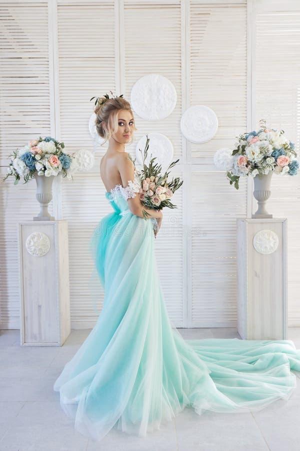 Braut In Einem Schönen Türkiskleid In Erwartung Der Hochzeit ...