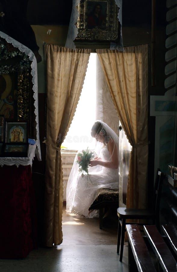 Braut in Erwartung der Hochzeit stockfotografie