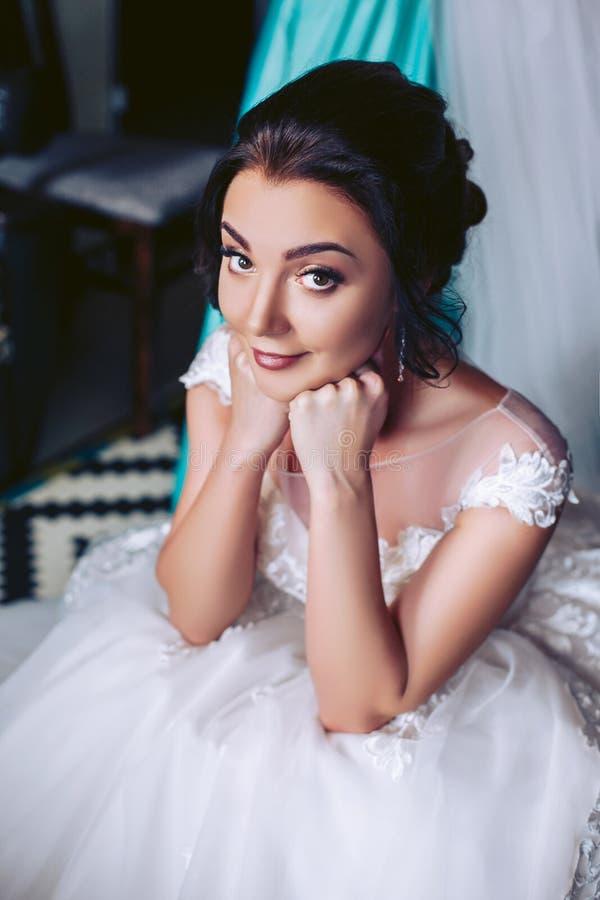 Braut in Erwartung des Feiertags lizenzfreie stockbilder