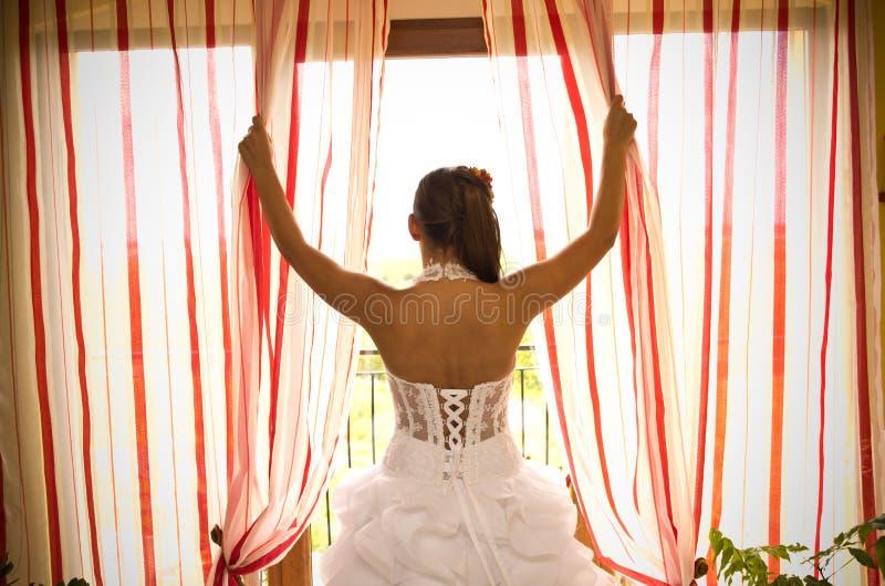 Braut am Fenster lizenzfreie stockfotografie