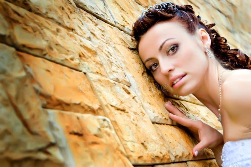 Braut gegen Wand stockfotos
