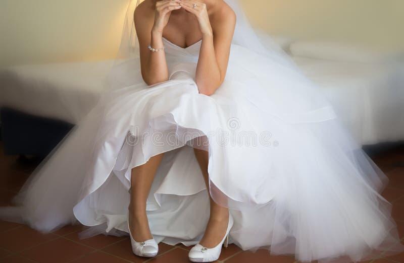 Braut-Haltungen nachdem dem Erhalten angekleidet für ihre Hochzeit lizenzfreies stockfoto